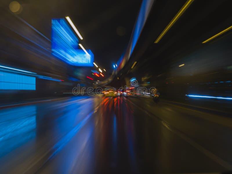 抽象条纹光交通在夜城市背景中 库存照片