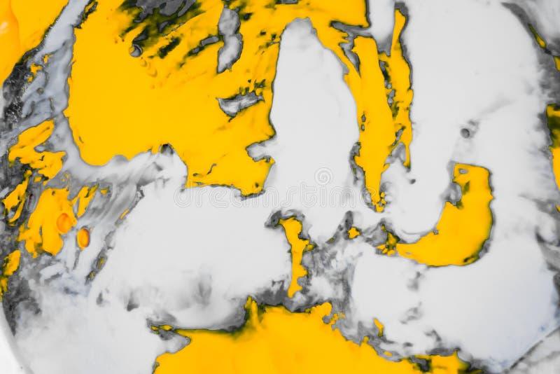 抽象油漆飞溅背景 白色灰色和橙色液体混合的荧光的背景 免版税库存图片