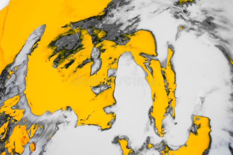抽象油漆飞溅背景 白色灰色和橙色液体混合的荧光的背景 免版税图库摄影