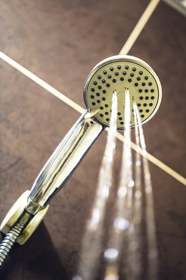 抽象淋浴喷头在卫生间用水下降流动 免版税库存图片