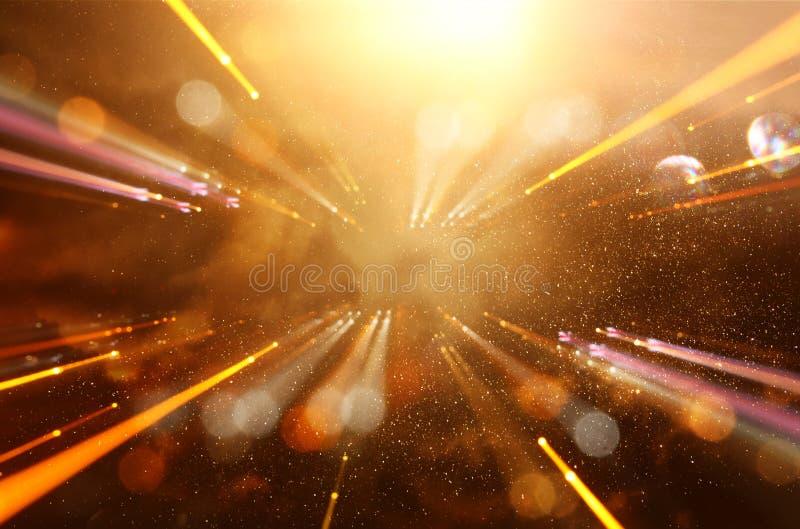 抽象火光透镜 空间或时间在暗色和明亮的光的旅行背景的概念图象 免版税库存图片