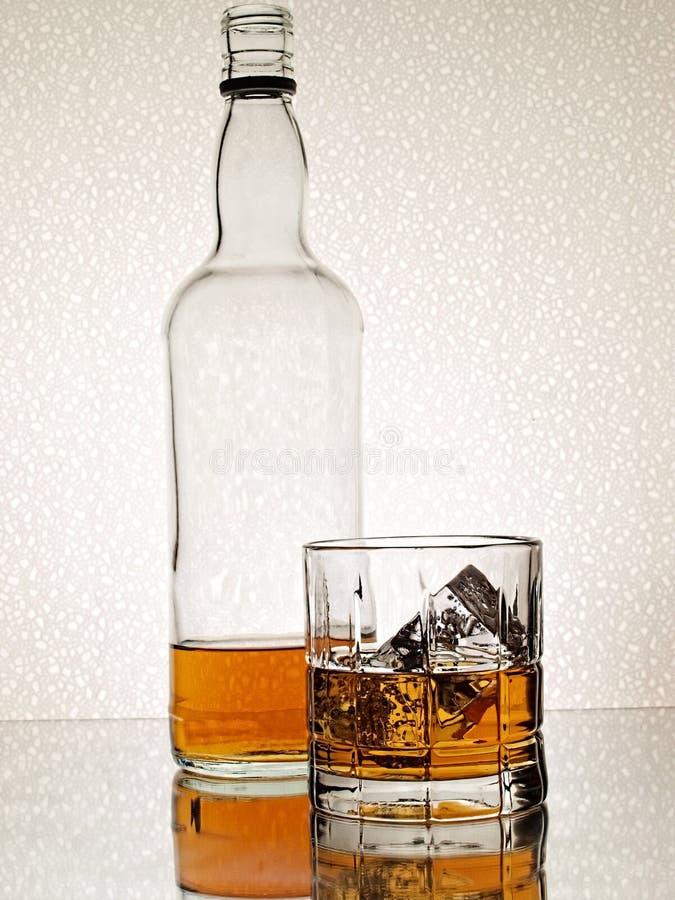 抽象玻璃瓶威士忌酒 图库摄影