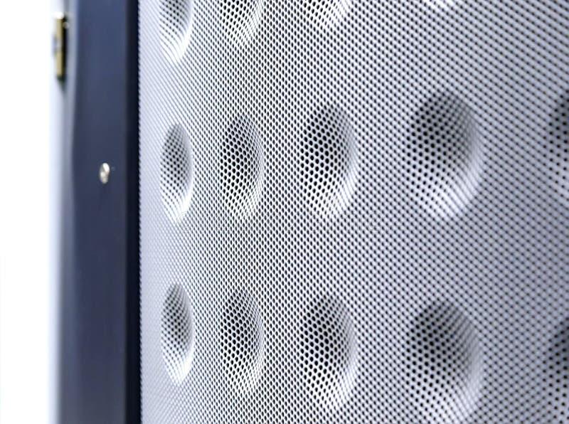 抽象白色服务器门格栅纹理背景,与拷贝空间的现代栅格光设计 免版税库存图片