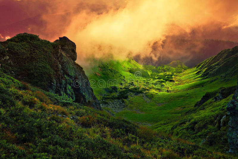 抽象石巨人和雾在山谷 免版税库存照片