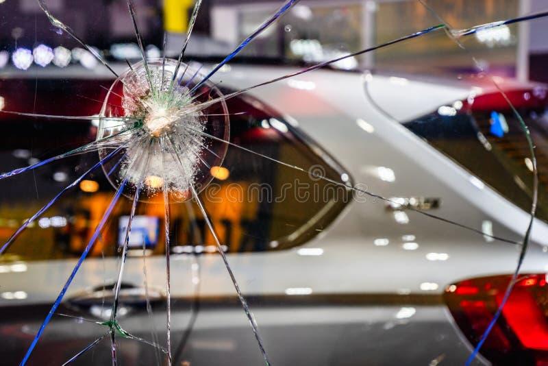 抽象破裂的玻璃窗背景 E 汽车背景的残破和损坏的玻璃窗 免版税库存照片