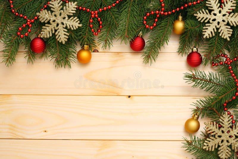 抽象空白背景圣诞节黑暗的装饰设计模式红色的星形 与拷贝空间的顶视图 与锥体的杉树在轻的木背景 库存照片