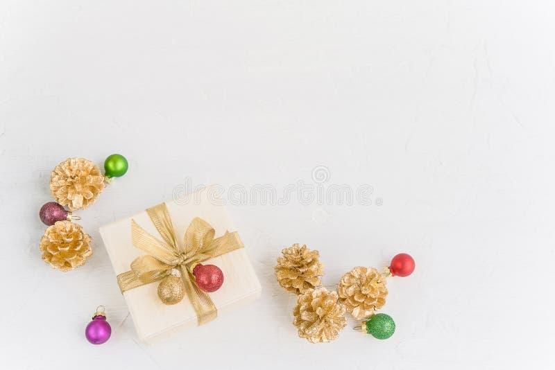 抽象空白背景圣诞节黑暗的装饰设计模式红色的星形 五颜六色的圣诞节装饰和礼物盒 库存图片