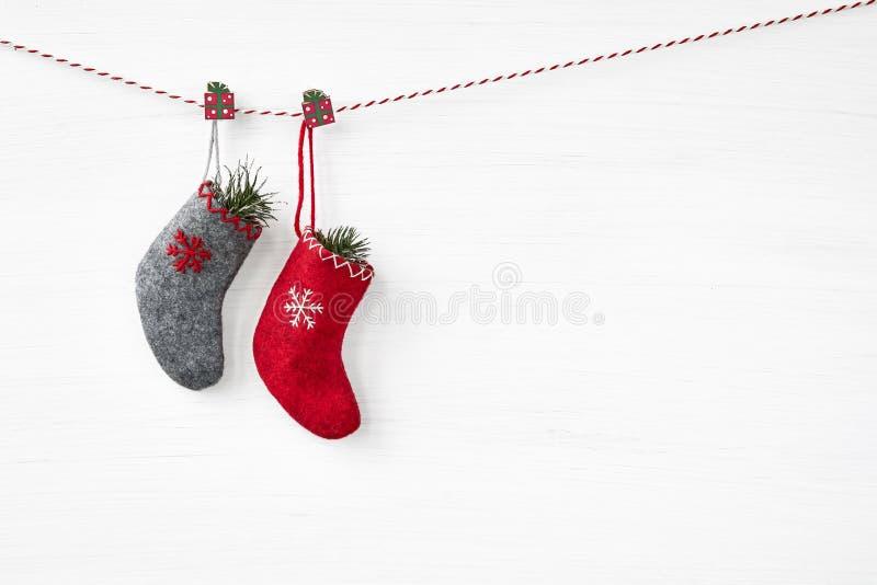 抽象空白背景圣诞节黑暗的装饰设计模式红色的星形 在白色背景的圣诞节袜子 库存照片