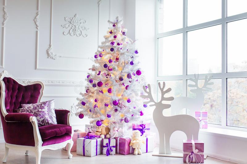 抽象空白背景圣诞节黑暗的装饰设计模式红色的星形 在xmas样式装饰的内部室 没有人民 新年树和礼物 免版税图库摄影
