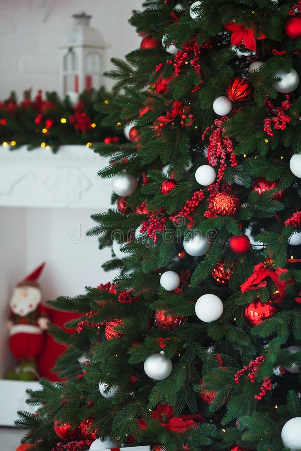 抽象空白背景圣诞节黑暗的装饰设计模式红色的星形 在xmas样式装饰的内部室 没有人民 新年树和礼物 库存照片