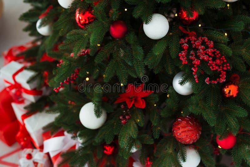抽象空白背景圣诞节黑暗的装饰设计模式红色的星形 在xmas样式装饰的内部室 没有人民 新年树和礼物 库存图片