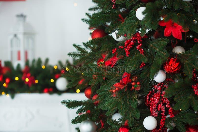 抽象空白背景圣诞节黑暗的装饰设计模式红色的星形 在xmas样式装饰的内部室 没有人民 新年树和礼物 图库摄影