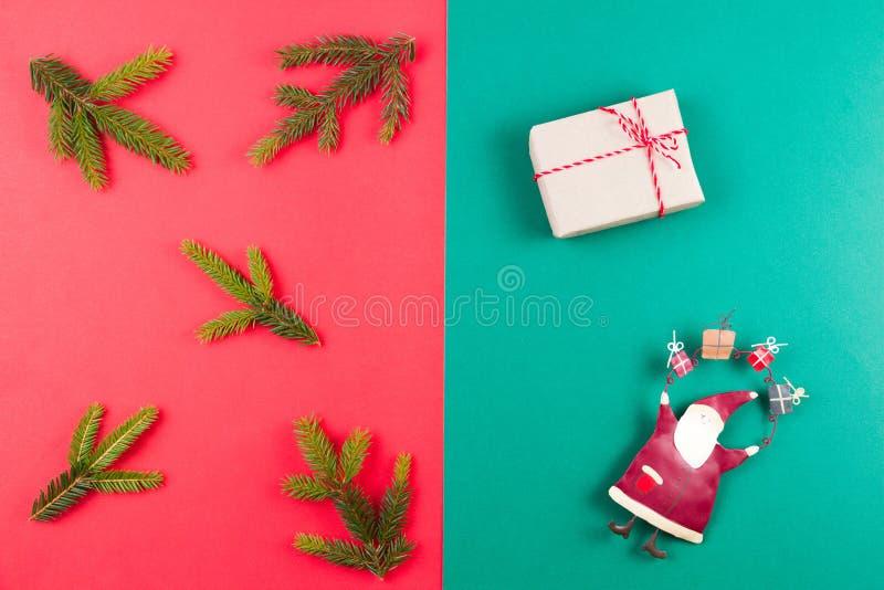 抽象空白背景圣诞节黑暗的装饰设计模式红色的星形 杉树分支、xmas装饰和小礼物盒在红色和绿色背景 顶视图 免版税库存照片