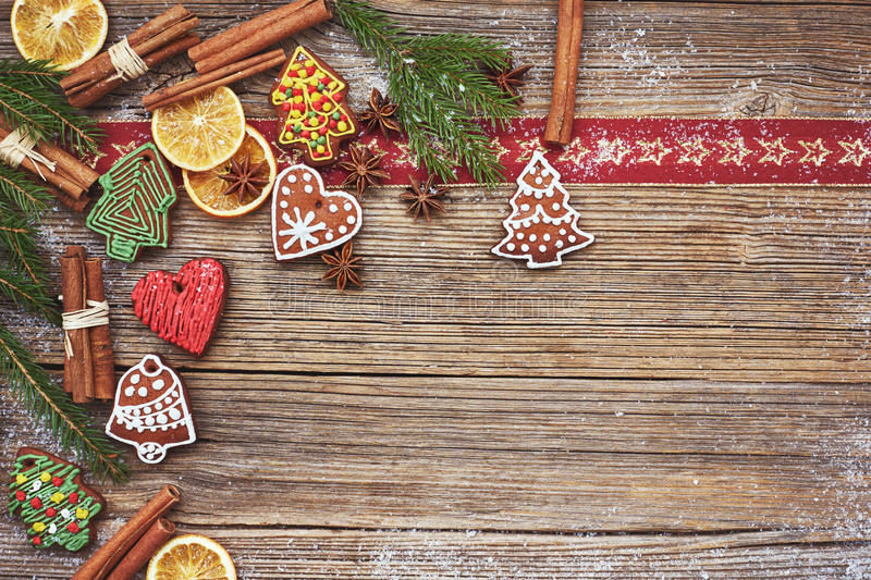 抽象空白背景圣诞节黑暗的装饰设计模式红色的星形 自创姜饼曲奇饼,桂香,在老木背景的圣诞树 被定调子的,软的焦点,拷贝温泉 免版税库存图片