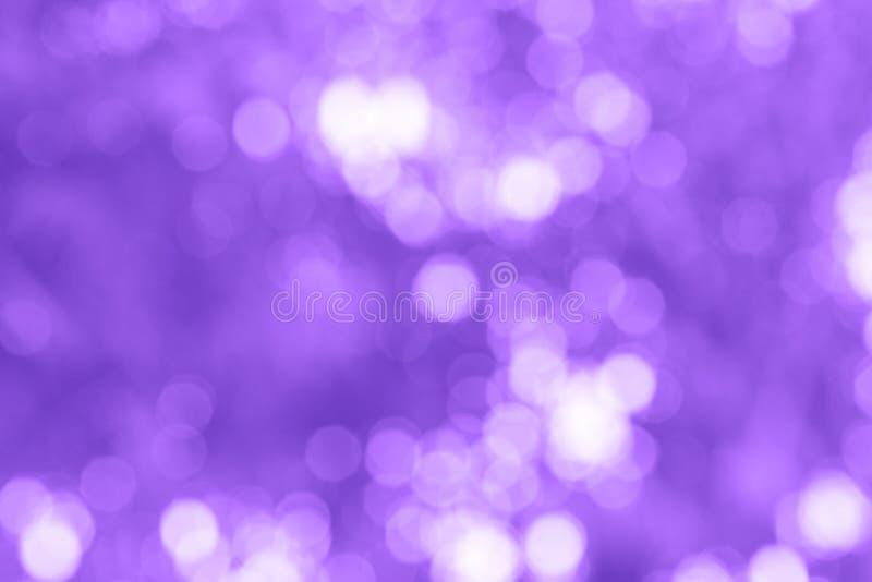 抽象紫罗兰色颜色被弄脏的bokeh背景 免版税库存图片