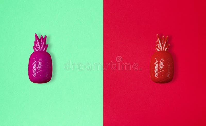 抽象纸背景用塑料玩具菠萝 库存照片