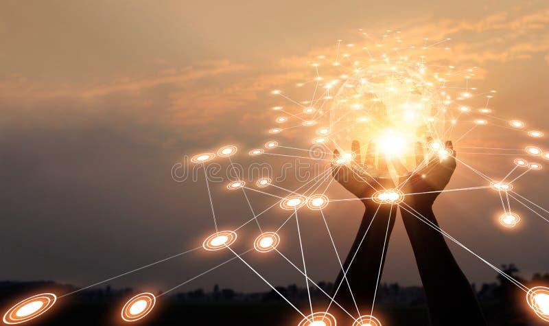 抽象网络 技术和通信 举行全球网络和数据交换在日落背景的手 免版税图库摄影