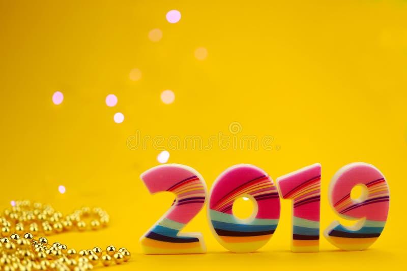 抽象背景圣诞节 在与金黄小珠图的黄色背景2019年 免版税图库摄影