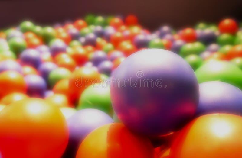 抽象背景,梦想的五颜六色的橡胶球 孩子的玩具, 免版税库存图片