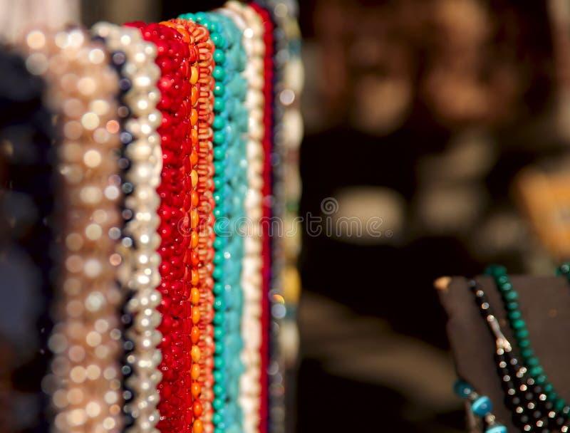 抽象背景 五颜六色的女性首饰小珠样品由石头制成在bokeh背景 免版税库存照片