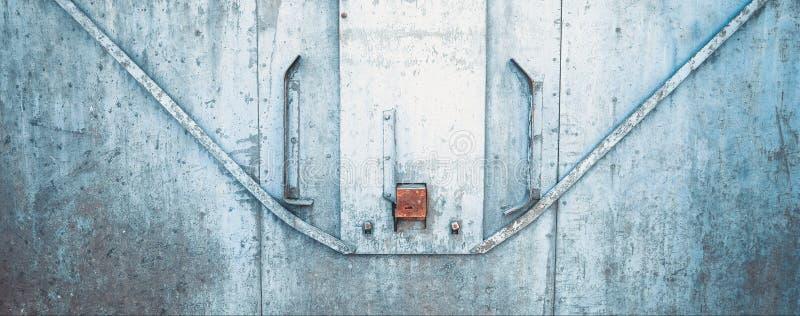 抽象脏的金属suface和锁在dini的生锈的铁门 库存图片