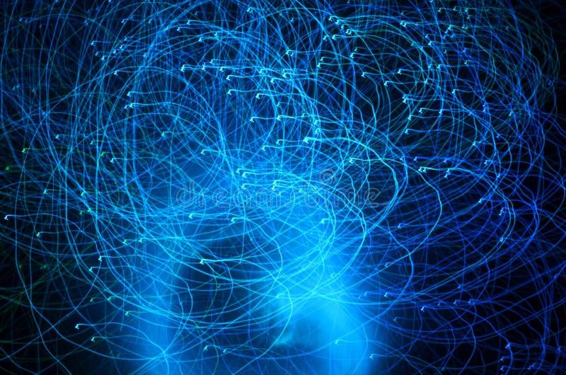 抽象蓝色光足迹射击与长的曝光在晚上 皇族释放例证