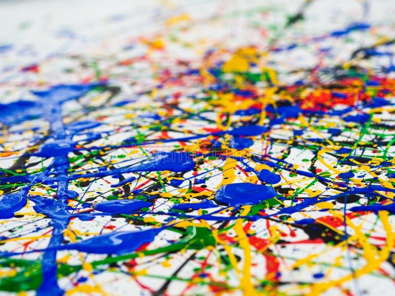 抽象表现主义艺术创造性的背景 艺术飞溅并且滴下 在白色背景的红色黑绿色黄色蓝色油漆 免版税库存图片
