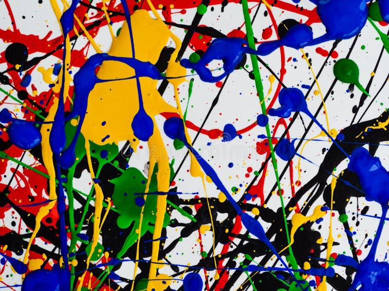 抽象表现主义艺术创造性的背景 艺术飞溅并且滴下 在白色背景的红色黑绿色黄色蓝色油漆 图库摄影