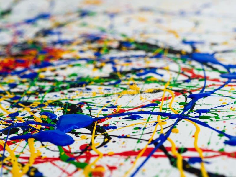 抽象表现主义艺术创造性的背景 艺术飞溅并且滴下 在白色背景的红色黑绿色黄色蓝色油漆 库存图片