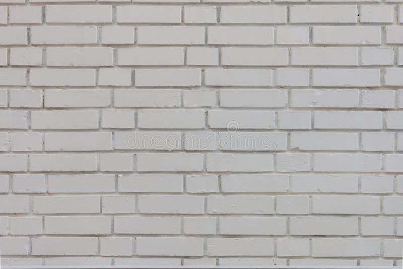 抽象被风化的纹理在农村屋子,脏生锈里弄脏了老灰泥浅灰色和年迈的油漆白色砖墙背景 库存图片