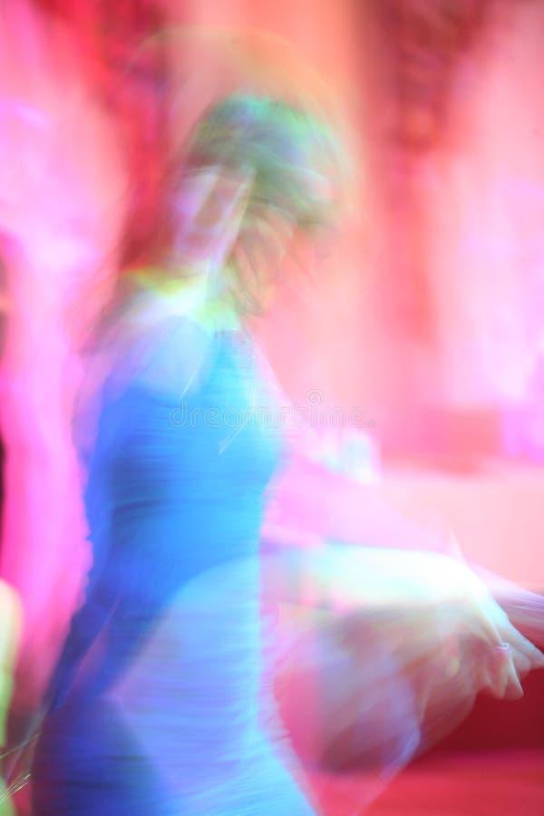 抽象迷离照相机关闭俱乐部五颜六色的跳舞迪斯科愉快的图象行动晚上摇摄人员关闭用完的慢速技术 免版税图库摄影