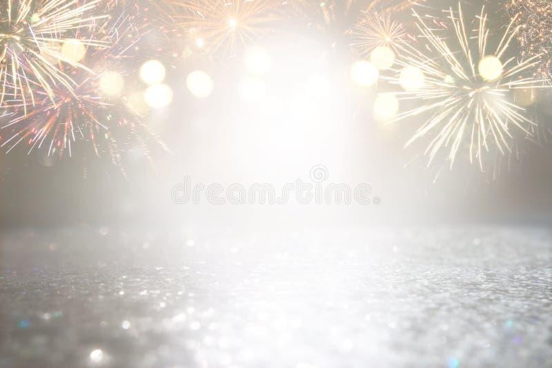 抽象金子和银色闪烁背景与烟花 平安夜,第4 7月假日概念 免版税图库摄影