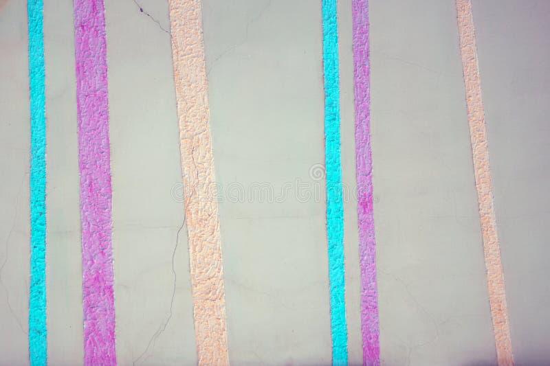 抽象镶边灰色包装纸纹理 与垂直的布朗条纹的葡萄酒背景 与镶边的现代颜色墙纸浸泡 库存图片