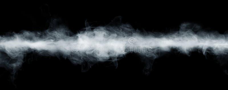 抽象雾或烟移动的全景在黑背景的 白色多云、薄雾或者烟雾背景 库存照片