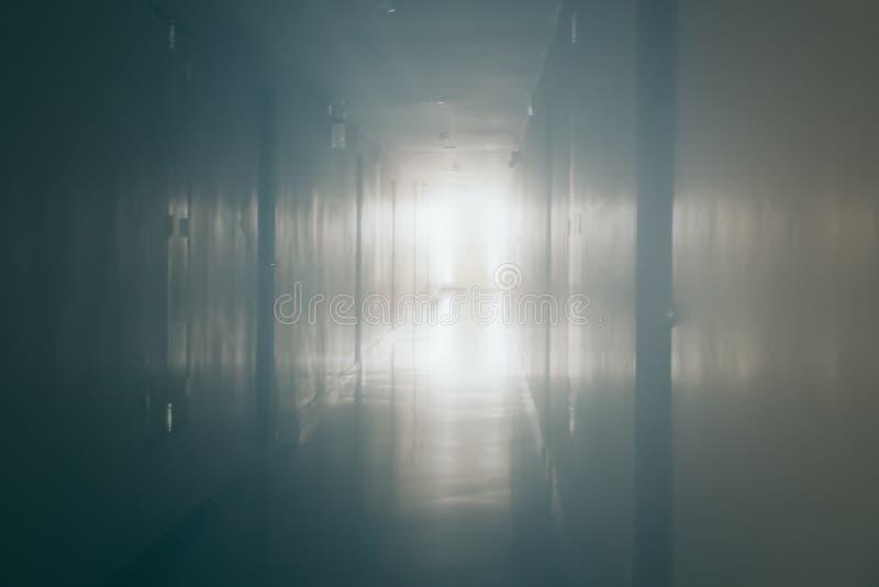 抽象黑暗的夜与光的被弄脏的道路方式从门户开放主义在背景设计的最后的方式背景 库存图片