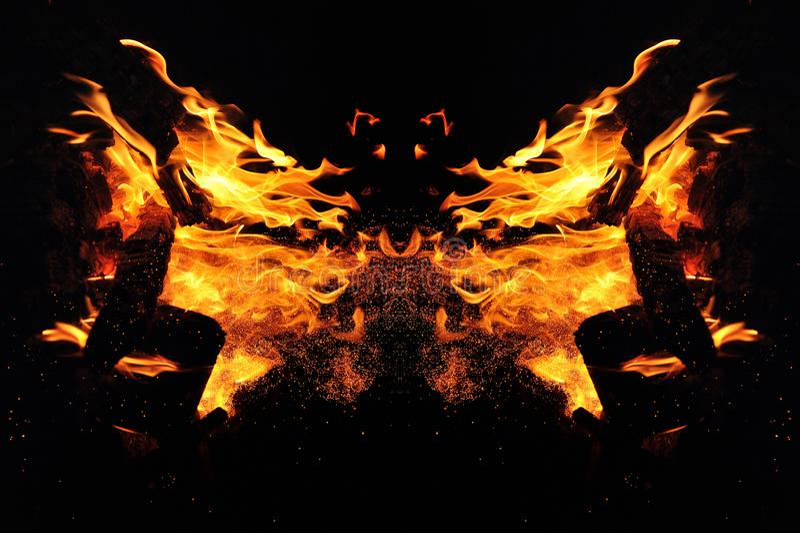 抽象,与火花的灼烧的火 蝴蝶或动物头的神秘的类型 库存照片