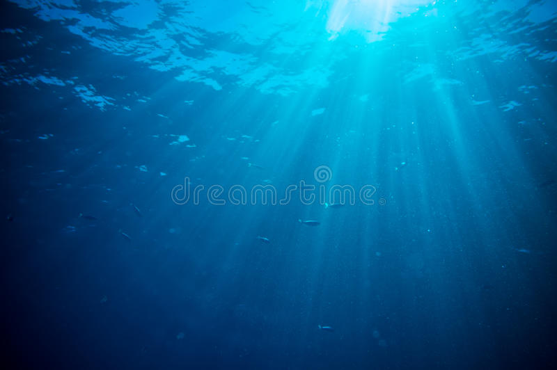 抽象水下的场面阳光和气泡 免版税库存照片