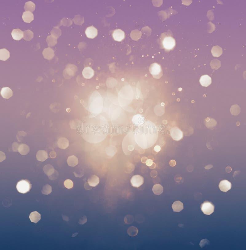 抽象紫色和蓝色bokeh闪烁的作用 皇族释放例证