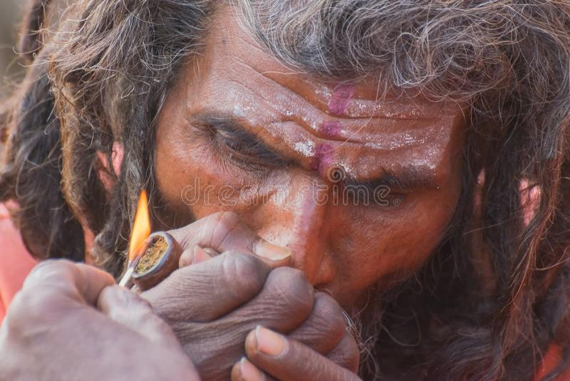 抽Ganja的印地安sadhu 免版税库存照片