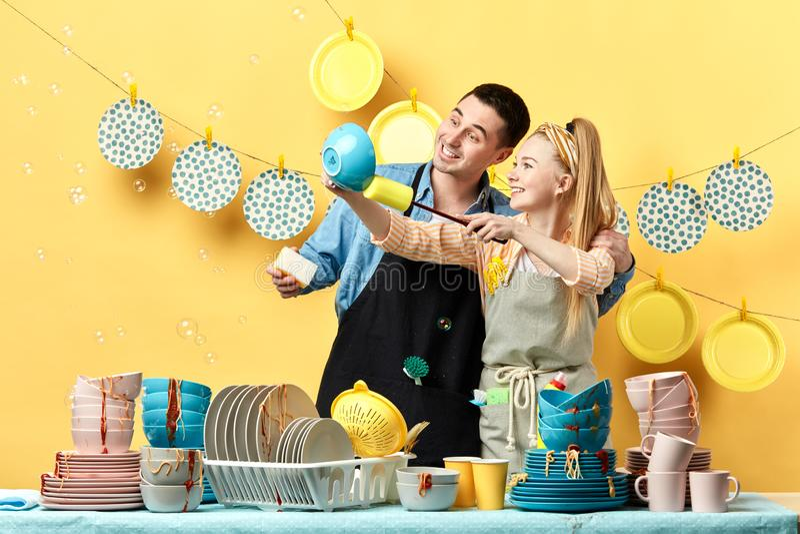 拂去板材的灰尘有吸引力的年轻夫妇 爱好,每日惯例 免版税图库摄影