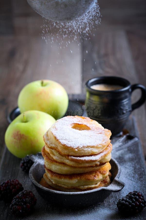 拂去灰尘用在苹果屑的糖粉 免版税库存图片