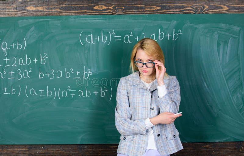担心她的检查 现代学校 知识日 妇女在教室 回到学校 老师天 老师 免版税库存照片
