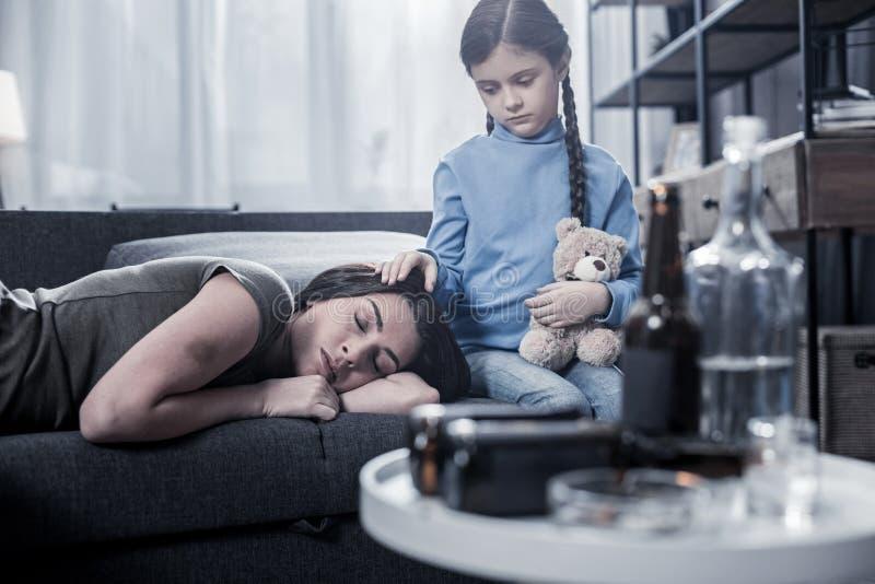 担心她的母亲的了无欢乐的哀伤的女孩 免版税库存照片