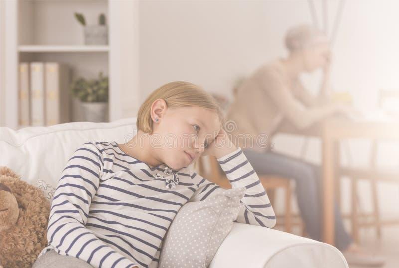 担心病的母亲的女儿 库存照片