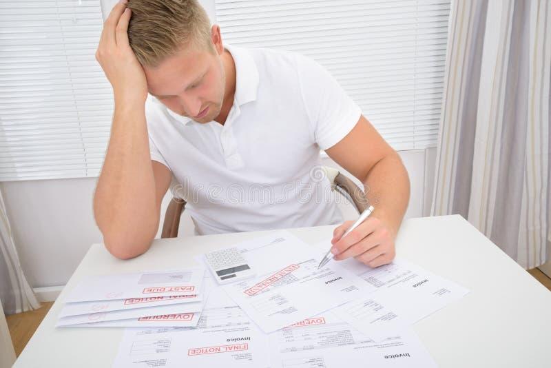 担心的人计算的票据 免版税库存图片
