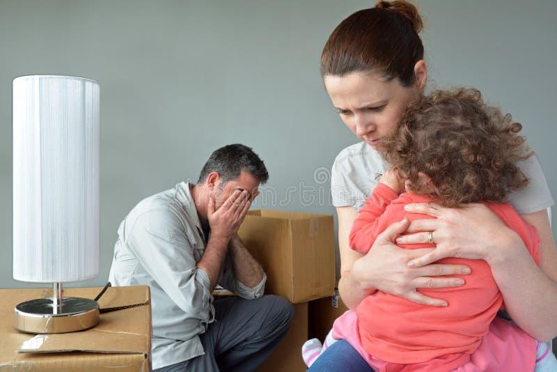 担心的哀伤的被赶出的家庭调迁房子 免版税库存图片