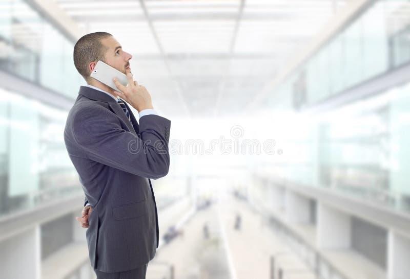 担心的商人。办公室里,一个忧心忡忡的商人 免版税库存图片