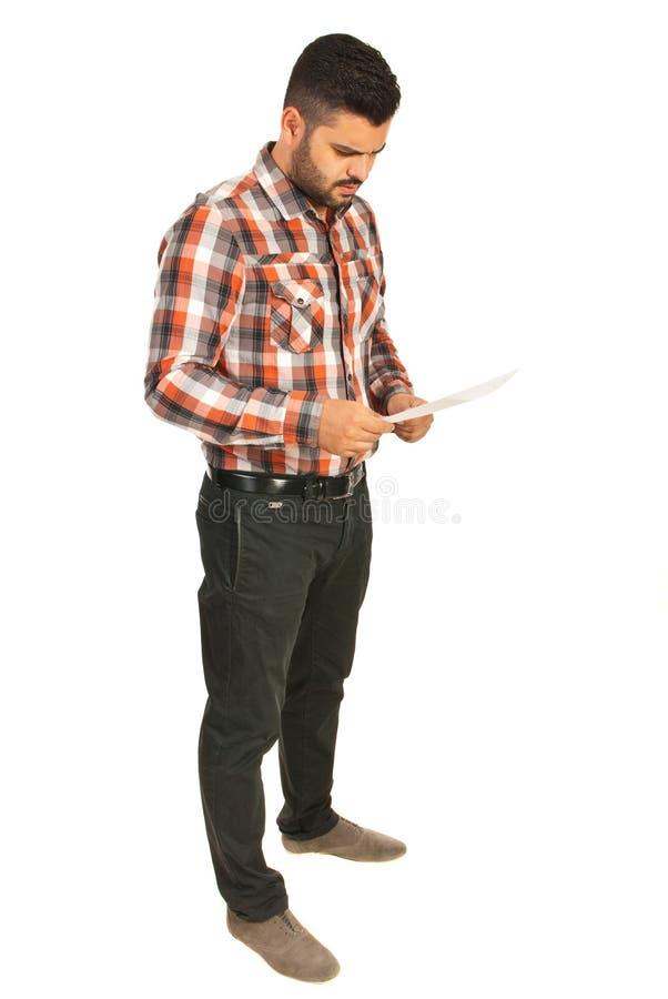 担心的商人读书纸 免版税库存照片
