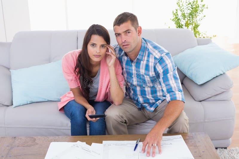 担心的夫妇计算的家财务画象  图库摄影