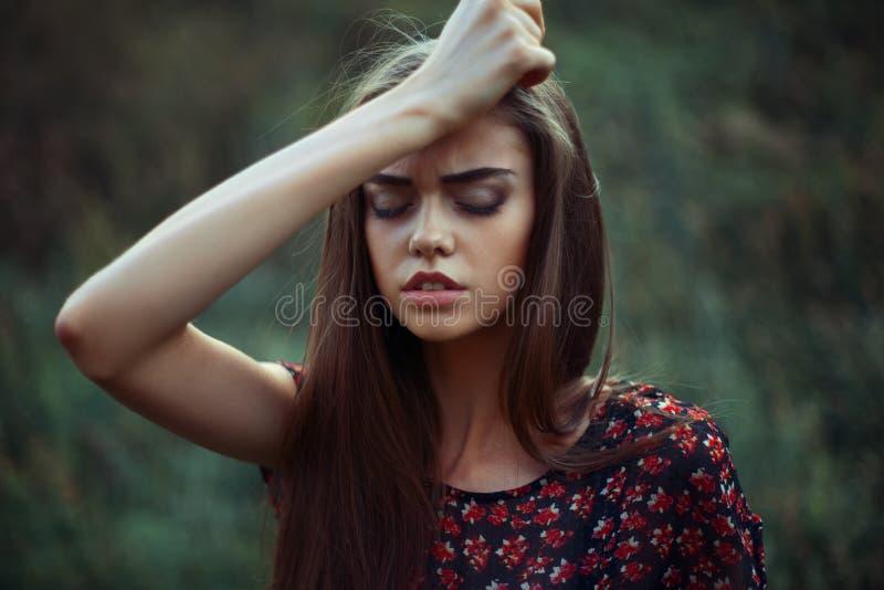 年轻担心的妇女画象  免版税库存照片